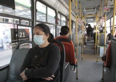 Trabajadoras de casa particular y por cuenta propia son quienes más salen en transporte público en cuarentena